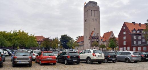 So darf es nach Meinung der Politiker auf keinen Fall aussehen: Unsere Fotomontage zeigt einen Schotterparkplatz auf der Bürgerwiese gegenüber dem Wasserturm.Fotomontage: Konczak