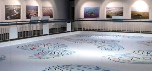 Die beiden Ausstellungen sind durch eine Decke mit einer stilisierten Wetterkarten getrennt. Foto: Suhren