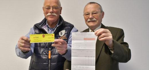 Ulf Kors (links) und Werner Bohlmann präsentieren die neue Notfallkarte. Foto: Konczak