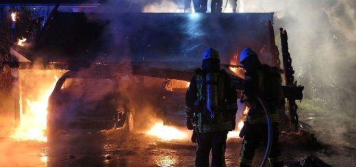 In Brinkum hat ein Feuer zwei Autos und ein Carport komplett zerstört. Foto: Feuerwehr Stuhr