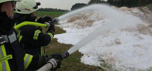 Die Feuerwehrleute mussten die Strohballen erst separieren, bevor sie mit den Löscharbeiten beginnen konnten. Foto: Feuerwehr Stuhr