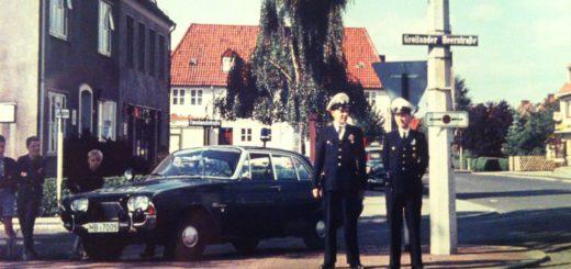 Richtige Kontaktpolizisten gibt es erst seit 1999 – in früheren Zeiten (hier in den 60er Jahren an der Grollander Heerstraße) waren aber auch schon Polizisten in den Straßen unterwegs. Wenn die KOP in Huchting wegfallen, könnte darunter unter anderem die Verkehrserziehung leiden. Polizei Foto: Huchting-Archiv