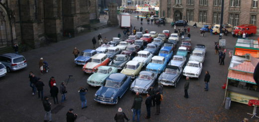 40 historische Borgward-Modelle formen vor dem Rathaus eine Raute. Fotos: Neloska