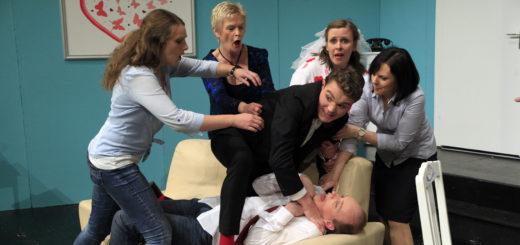 """Mit """"Een Droom van Hochtiet"""" bringen die Darsteller des Niederdeutschen Theaters Delmenhorst zurzeit viel Wirbel auf die Bühne des Kleinen Hauses. Foto: Eckert"""