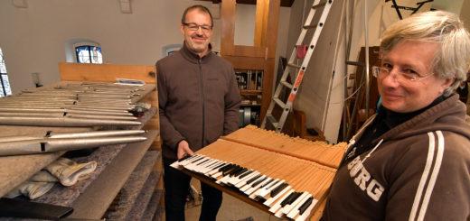 Die beiden Orgelbauer Dietmar Franke (links) und Vincent Depol haben die Orgel der St. Hedwig-Gemeinde auseinandergebaut. Sie reinnigen das Instrument und stimmen es klanglich auf den Kirchenraum ab.Foto: Konczak