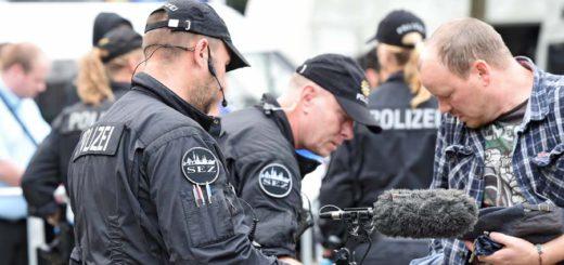 Personen Kontrolle Bahnhof Foto: Schlie