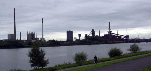 Dunkle Wolken am Horizont: Blick über die Weser auf das Stahlwerk. Foto: WR