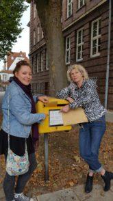 Petra Heitkötter (r.) und ihre Mitarbeiterin Marlena Ahrens am Briefkasten
