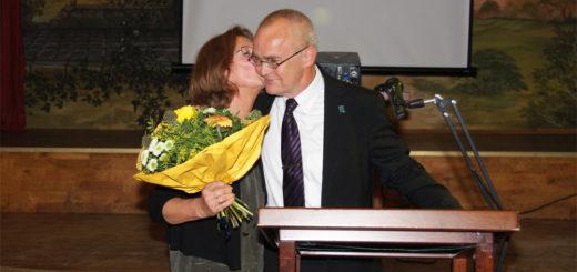 Lilienthals scheidender Bürgermeister Willy Hollatz dankte auch seiner Frau Petra für die Unterstützung seiner Arbeit. Foto: Möller