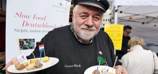 Gernot Riedl präsentiert die Teller mit den leckeren Kostproben.Foto: Schlie