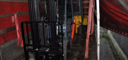 Diese Gabelstapler hat die Fälscherbande gekauft, ohne tatsächlich dafür zu bezahlen. Jetzt hat die Polizei sie sicher gestellt. Foto: Polizei