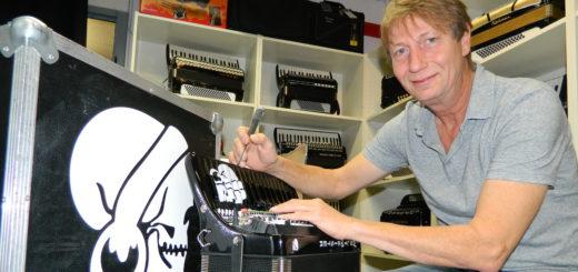 """Nachdem das Akkordeon von Pascal Kravetz mit dessen """"Pyrate Style""""-Logo lackiert worden war, hat Detlef Gödicke sich des Finetunings der Mechanik angenommen. Foto: Bosse"""