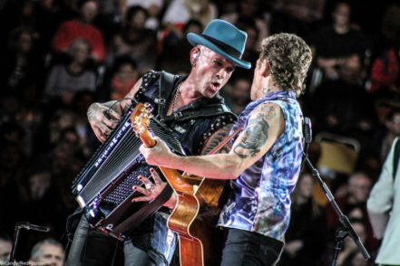 Mit seinem instandgesetzten Akkordeon kann Pascal Kravetz (l.) ab Freitag gemeinsam mit Peter Maffay (r.) auf der Tabaluga-Bühne stehen. Foto: Red Rooster