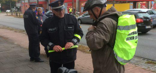 Die Polizei kontrollierte vor allem das Licht an den Fahrrädern. Foto: Polizei