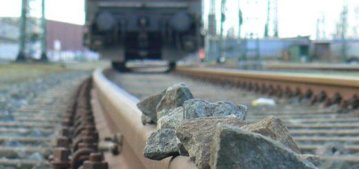Drei Kinder haben Steine auf die Gleise zwischen Bremen und Bremerhaven gelegt und so den Zugverkehr ausgebremst. Symbolfoto/Polizei