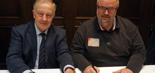 Wilhelm Hogrefe (CDU, l.) und Heiko Oetjen (SPD) besiegelten gestern durch ihre Unterschriften eine Vereinbarung zur Zusammenarbeit ihrer Fraktionen im Verdener Kreistag bis Ende Oktober 2021.Foto: Bruns