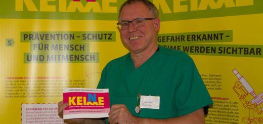 """Dr. med. Peter Ahrens, Ärztlicher Direktor der Aller-Weser-Klinik Verden, präsentiert die Wanderausstellung """"Keine Keime"""" in der Aller-Weser Klinik. Foto: pv"""