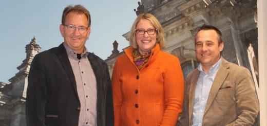 Die CDU-Kreisvorsitzenden Rainer Bensch (l.) und Heiko Strohmann (r.) haben Bettina Hornhues (M.) ihre volle Unterstützung für die Bundestagswahl 2017 zugesagt. Foto: Füller