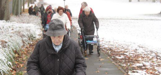 In einem Selbstversuch haben Bewohnerinnen der Seniorenwohnheime eine Rollator-Tour zum Bahnhof St. Magnus unternommen. Foto: Armbrust