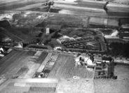 Das Luftbild gibt den Blick auf den gerade angelegten ersten Abschnitt des Gemeindefriedhofs Bungerhof frei. Die Baumaßnahme beschäftigte bis zu 600 Arbeitslose, sodass ein Teil der Baukosten aus Mitteln der Erwerbslosenfürsorge bestritten werden konnte. Foto: Stadtarchiv Delmenhorst