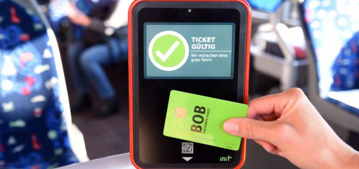 Man hält das Ticket einfach vor die neuen Lesegeräte. Foto: Schlie