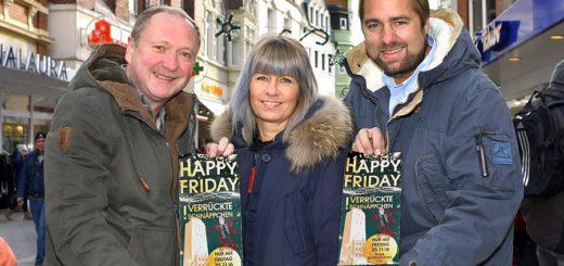 Laden mit weiteren City-Kaufleuten zur Schnäppchenjagd am Happy Friday ein (von links): Hartmut Nordbruch (Photo von Oven), Steffi Stöhr-Hering (Komplott) und Julian Flocke (Strudthoff). Foto: Konczak