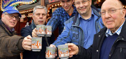 Der neue Delmenhorster Glühweinsammelbecher ist grau und zeigt die Silhouette von Delmenhorst. Er ist mit einer Auflage von 1.000 Stück erschienen und zum Preis von 2,50 Euro an den beiden Glühweinbuden erhältlich. Foto: Konczak