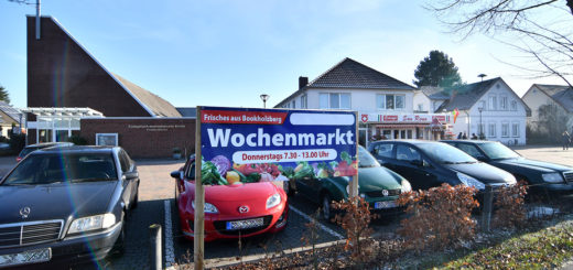 Der Kirchplatz in Bookholzberg wandelt sich donnerstags zum Marktplatz. Foto: Konczak