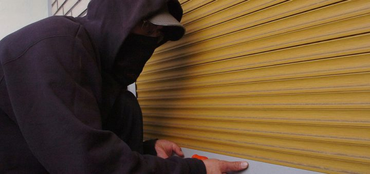 Einbrecher hebelt Rolladen auf. Symbolfoto: Konczak