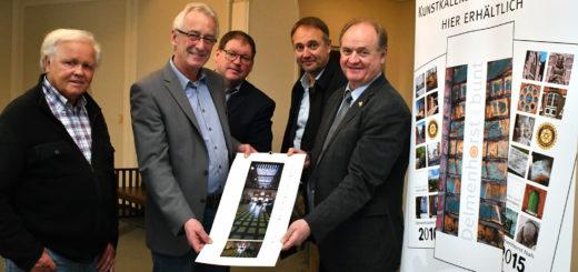 """Vertreter vom """"fotoforum 75"""" und vom Rotary Club Delmenhorst überreichten Oberbürgermeister Axel Jahnz (2. von links) ein Exemplar des Kunstkalenders. Foto: Konczak"""