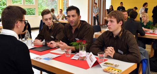 Dieses Mal hat das KAUSA-Team ein Azubi-Speed-Dating an der BBS II organisiert. Das ist – wie bereits im vergangenen Jahr an der BBS I – sehr gut von den Schülern und Unternehmern angenommen worden. Foto: Konczak