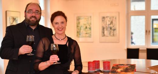 Bärbel Schönbohm und Stefan Lindemann freuen sich wieder darauf, interessierte Kulturfans mit ihrem Adventskalender überraschen zu können. Foto: Konczak