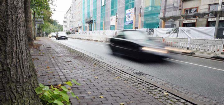 Der Wall zwischen Bischofsnadel und Polizeihaus: Hier sollte die Tiefgarage entstehen. Foto: Schlie