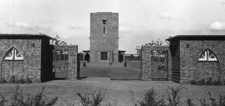 Blick auf Hauptportal und Friedhofskapelle. Foto: Stadtarchiv Delmenhorst
