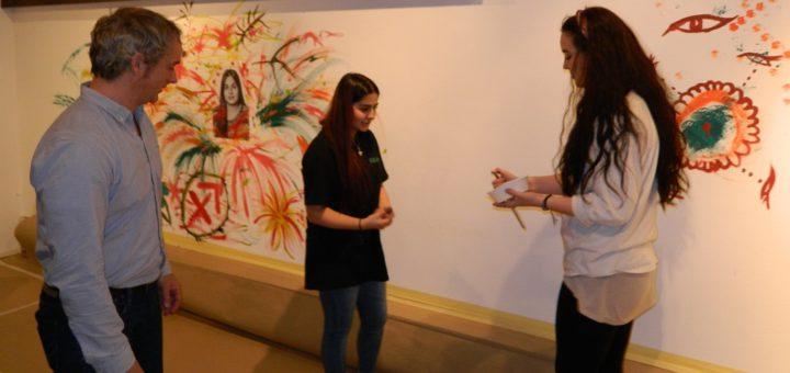Miklas Wrieden, zweiter Vorsitzender des Kunstvereins, sah Natalie Mania und Soßdar Ölge (v.r.) bei ihren ersten Schritten am Pinsel über die Schulter. Foto: Bosse