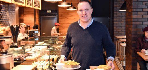 """""""Genießbar""""-Geschäftsführer Philipp Bünger mit zwei Portionen Pommes Frites. Foto: Schlie"""