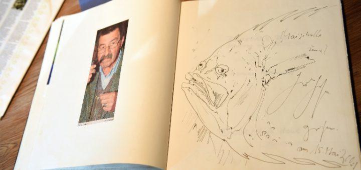Günter Grass zeichnete eine Maischolle ins Amtsfischerhaus-Gästebuch. Foto: Schlie