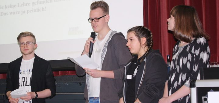 Die Schüler Dennis Quicker, Hendrik Länder, Sara Alessandra Scheibel und Wiebke Hormann bei der Präsentation eines ähnlichen Projektes zur Armutskonferenz. Foto: Stein
