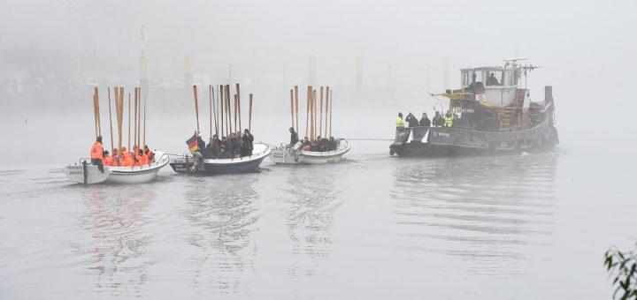 Dem Nebel zum trotz ruderten am Samstag 21 Teams aus ganzer Welt beim Kutterpullen über die Weser. Fotos: Schlie