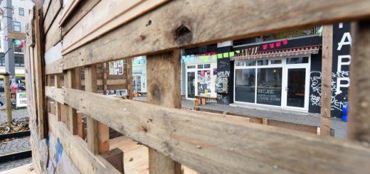 Auch die Buden unterscheiden sich von einem üblichen Weihnachtsmarkt. Sie sind diese Woche aufgebaut worden. Foto: Schlie