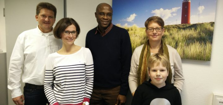 Luca Köpke (vorne rechts) engagiert sich für den Schulbau in Guinea. Foto: Niemann