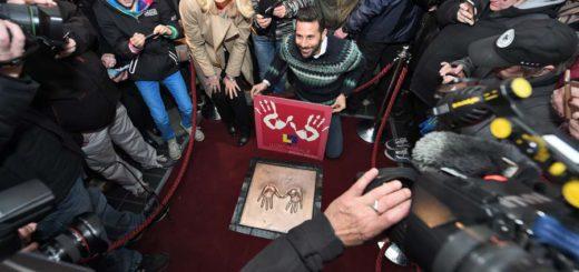 """Claudio Pizarro enthült seinen goldenen Handabdruck in der Bremer """"Mall of Fame"""". Foto: Schlie"""