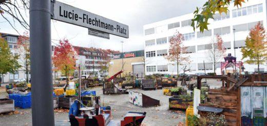 Durch die Veränderungen auf dem Lucie-Flechtmann-Platz ist das Areal auch für Obdachlose und Alkoholiker attraktiver geworden. draußen sitzen Tische aufstellen Foto: Schlie