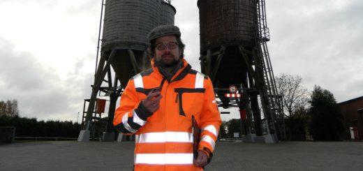 Frieder Lüße, Leiter des städtischen Baubetriebshofs, vor den vier signifikanten Salzsilos in Pennigbüttel. Foto: Bosse
