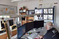 Die Bilder der Videokameras laufen auf diese Monitore in der Leitstelle der Bundespolizei. Foto: Schlie