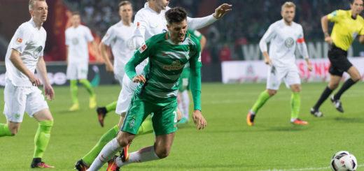 """Florian Grillitsch (M.) spielt in Werders Mittelfeld oft als einziger """"Sechser"""". Der Österreicher hat in der laufenden Bundesliga-Saison eine Zweikampfquote von 49 Prozent.Foto: Nordphoto"""