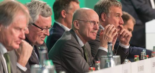 Die scheidenden Aufsichtsratsmitglieder Hans Schulz, Werner Brinker und Willi Lemke, sowie der Vorsitzende des Gremiums marco Bode (v.l.). Foto: Nordphoto