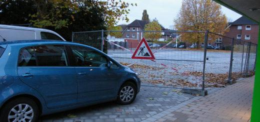 Leerer Parkplatz am Ärztehaus mit zugeparkter Einfahrt und Bauzaundavor..Foto: Lürssen
