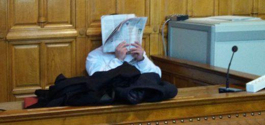 Der Angeklagte Autofahrer, der den Jungen schwer verletzt und liegen gelassen haben soll im Gerichtssaal. Foto: Niemann