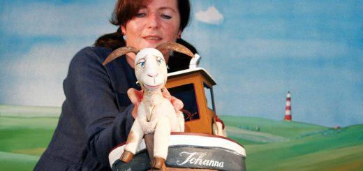 """Johanna Sperlich vom Hohenloher Figurentheater lädt mit Puppe Berthold zum Stück """"Schaf Ahoi"""" ein. Foto: red"""